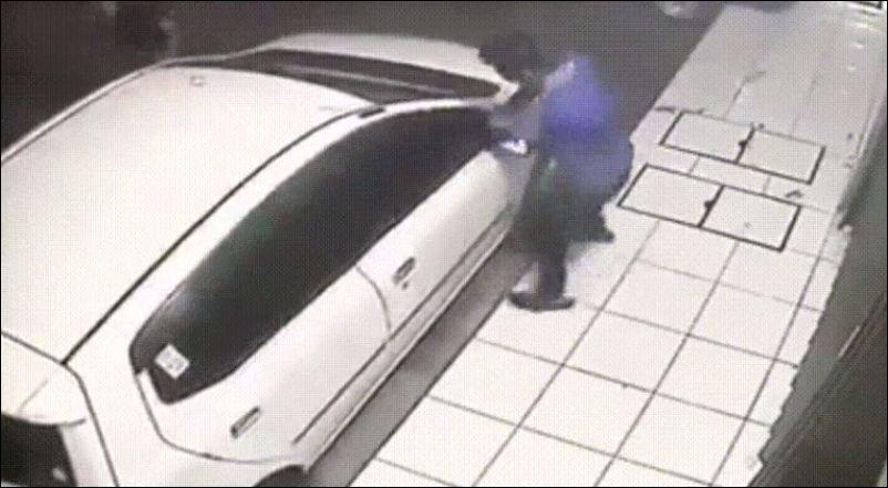 Воры пытаются снять зеркала с автомобиля