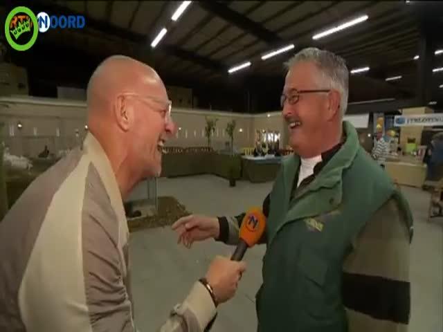 Голландский репортер не смог сдержаться от смеха во время интервью