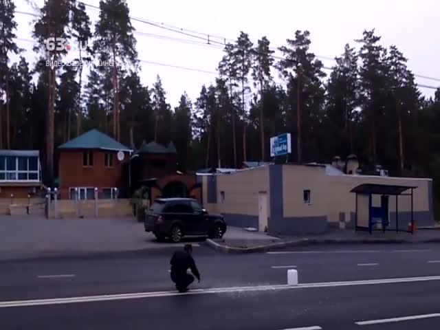 В Тольятти мужчина решил вырубить двойную сплошную линию на дороге