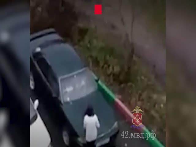 В Новокузнецке женщина со сковородкой уничтожает машину бывшего мужа