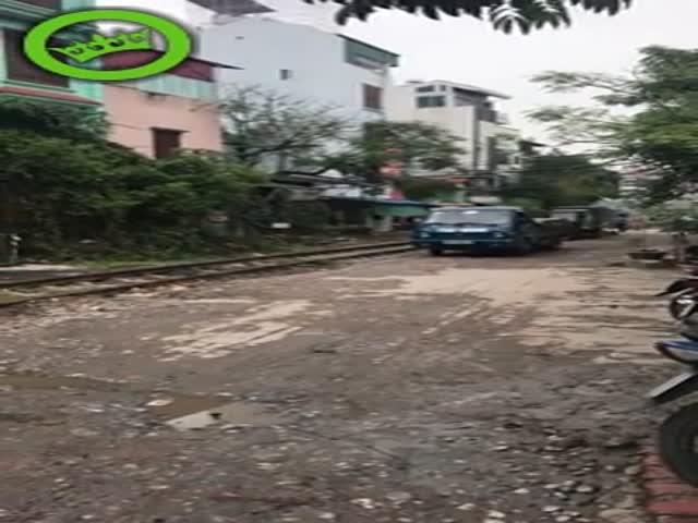 Не стоило парковаться возле железнодорожных путей
