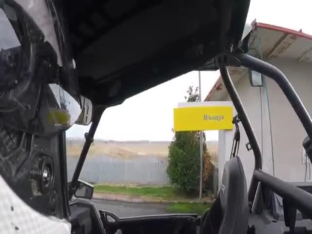 Двум россиянам не дают подкачать колесо багги в Болгарии