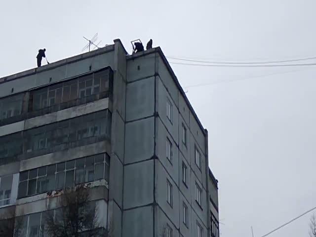 Спуск строительного мусора с крыши многоэтажки в Красноярске