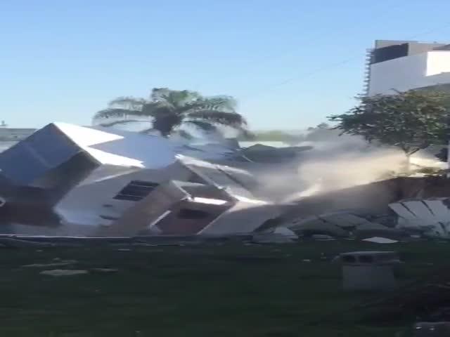 В Мексике несколько домов провалились в котлован из-за ошибок строителей