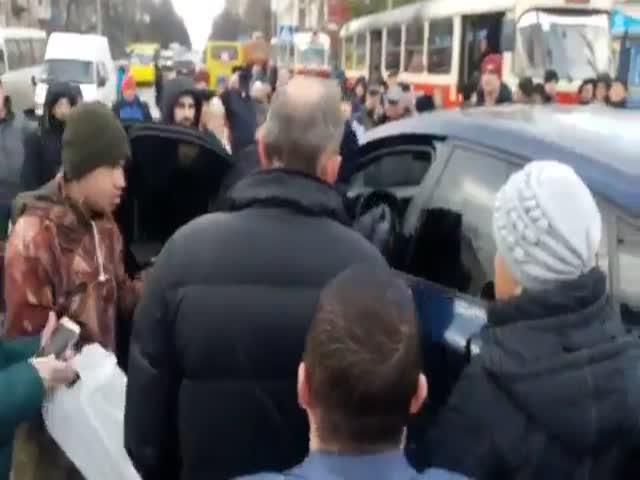 В Киеве прохожие скрутили водителя BMW, заблокировавшего движение