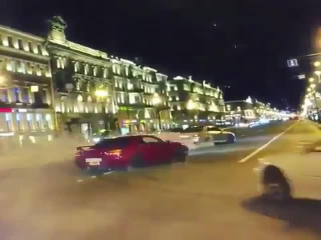 Ночной дрифт на Невском проспекте в Санкт-Петербурге