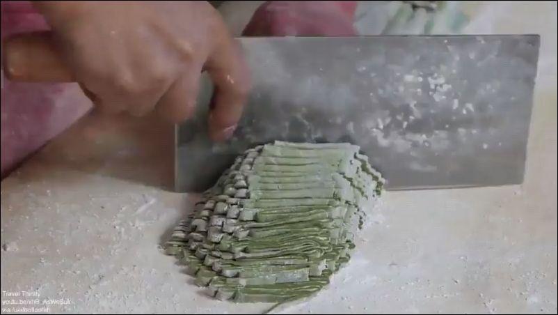 Как делают настоящую китайскую лапшу
