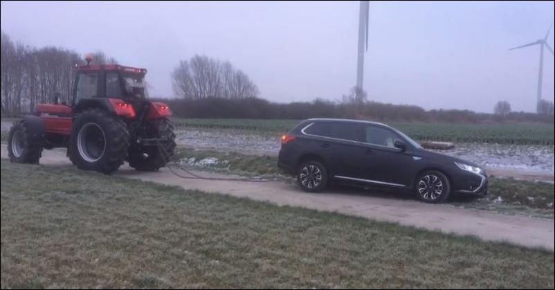 Не самое удачное вытаскивание автомобиля из кювета