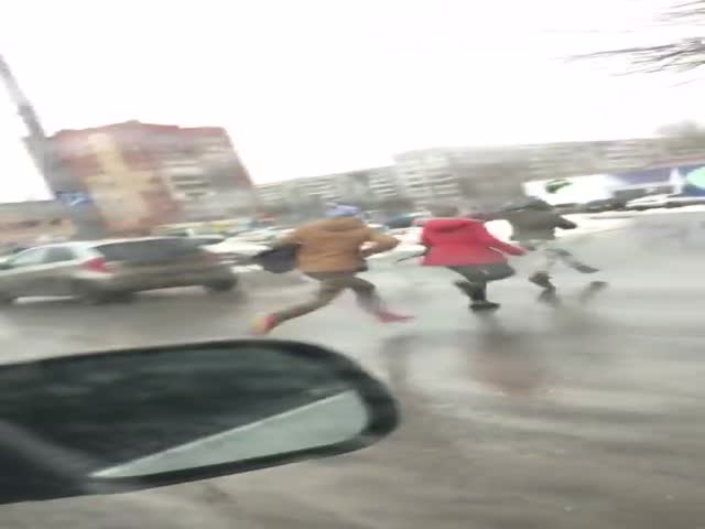 В Тюмени школьники бросили машину и побежали от гаишников