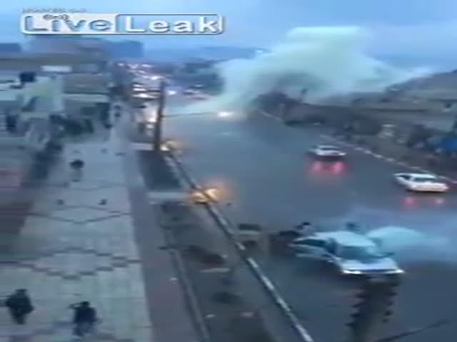В Иране молния ударила в машину во время движения