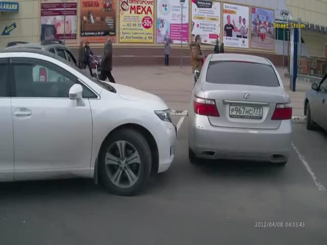 В Брянске водитель зацепил другой автомобиль и спокойно пошел по своим делам