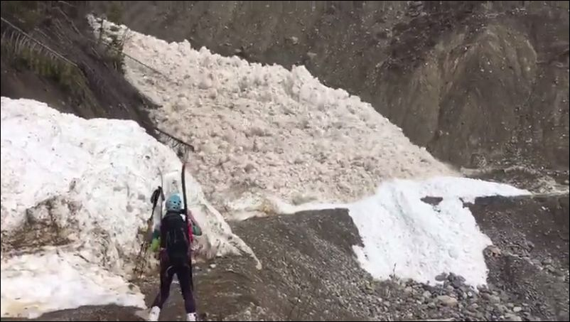 Сход лавины в горах