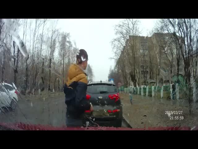 Отец оперативно среагировал и убрал ребенка с дороги