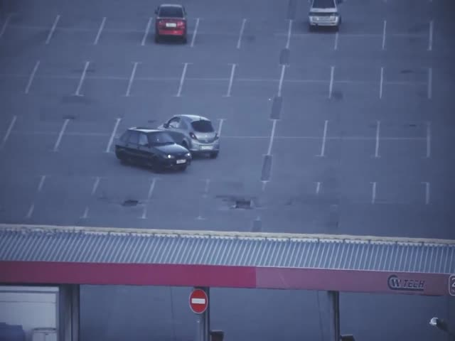 Не самая удачная попытка дрифта на парковке