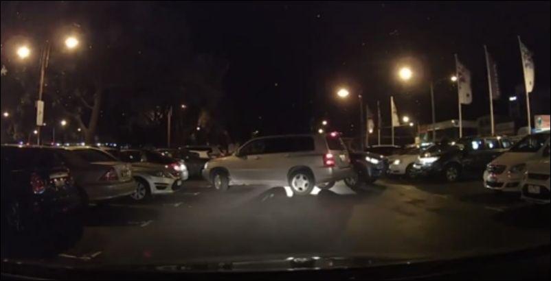 Две женщины за рулем пытаются выехать со стоянки