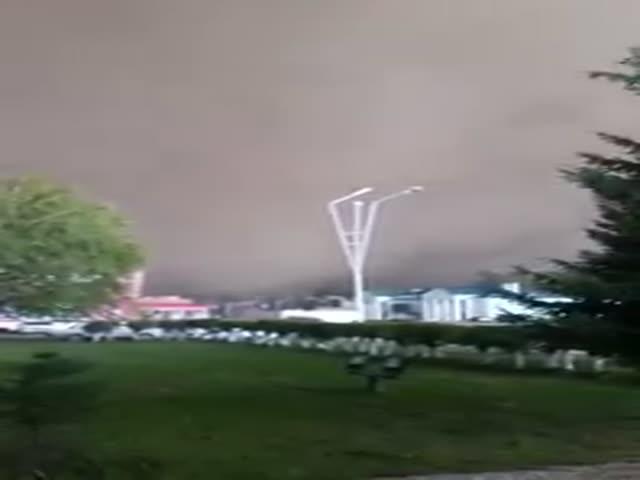 В Казахстане ураган полностью затянул небо за несколько секунд