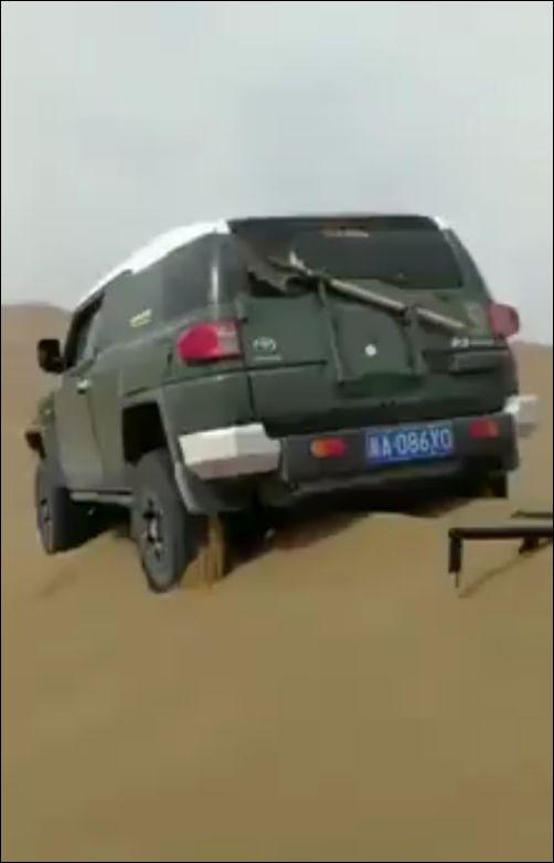 Как вытащить внедорожник в пустыне с помощью двух лопат