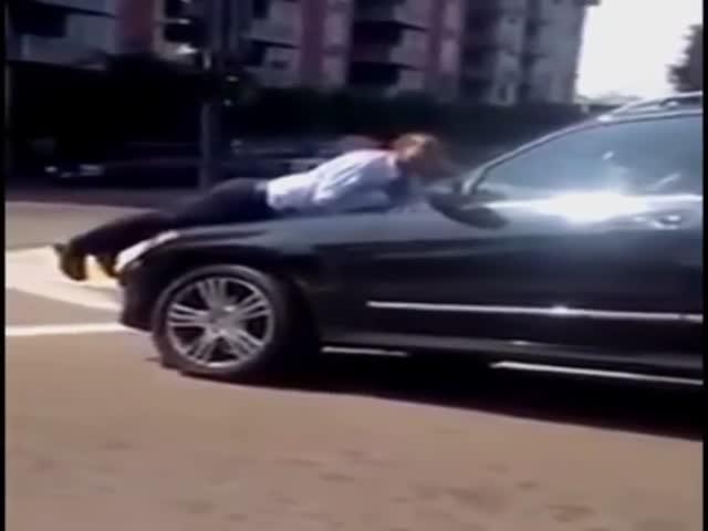 Жена поссорилась с мужем и прокатила его на капоте