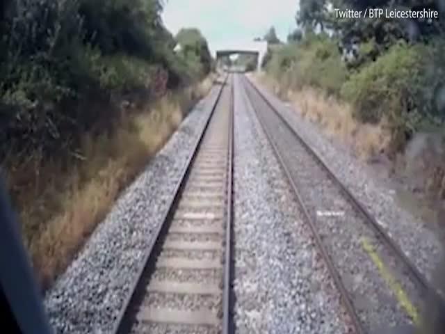 В британском Лестере трактор проскочил пути перед несущимся поездом