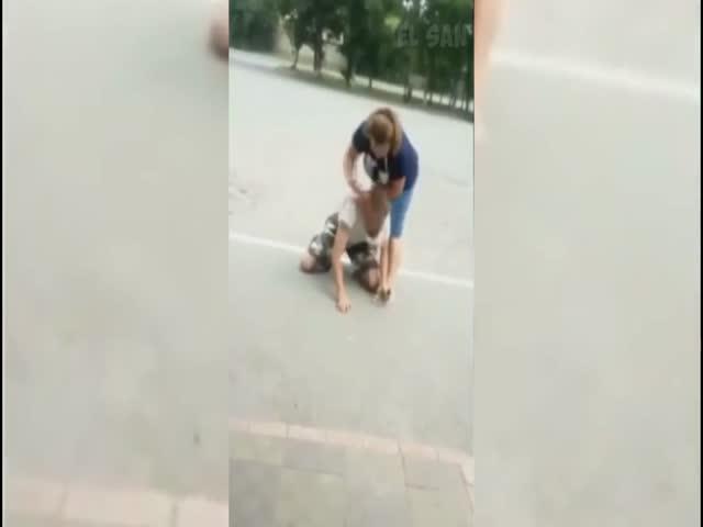 В Находке женщина избила парня, пытавшегося украсть телефон у ее подруги