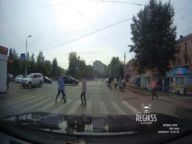 В Омске водитель чуть не сбил мать с ребенком на пешеходном переходе