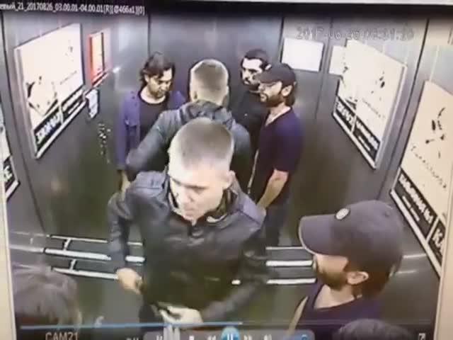 В Омске парень избил в лифте трех попутчиков