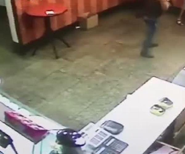 Во время ограбления бара посетитель решил стать героем, но потом передумал