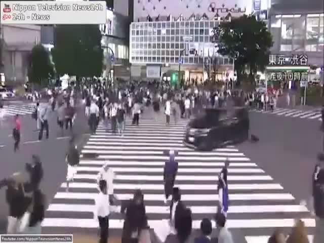 В Японии водитель чуть не сбил пешеходов уходя от полицейской погони