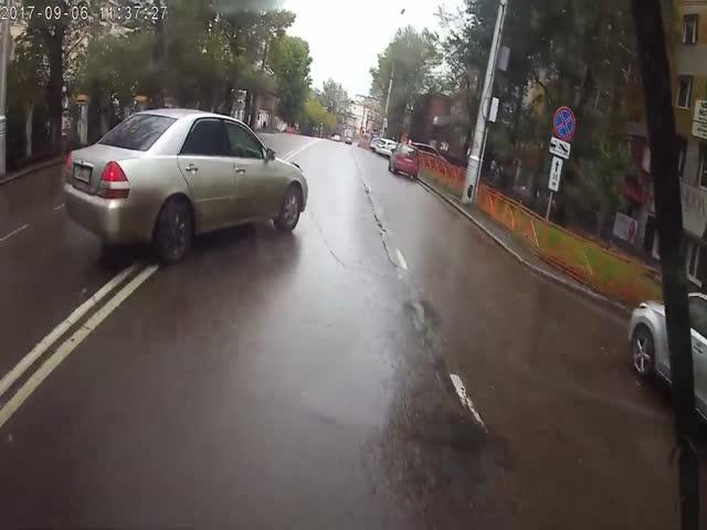 В Иркутске девушка спровоцировала ДТП с троллейбусом