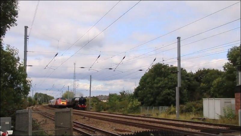 Один поезд обгоняет второй