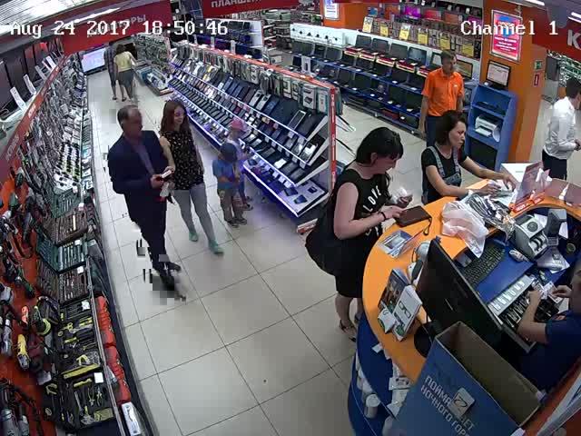 Дети спокойно забрали планшет из магазина и ушли восвояси