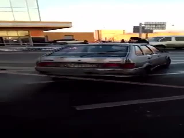 В московском Чертаново водитель немного прокатил полицейского на капоте