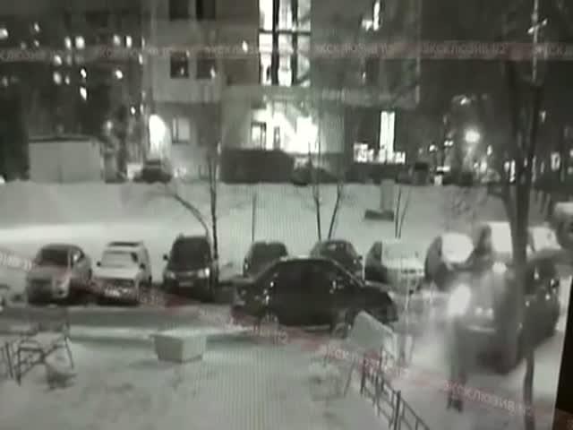 Не самая удачная попытка припарковаться в одном из московских дворов