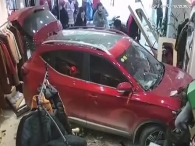 В китайском Хэнъяне водитель не справился с управлением и въехал в магазин