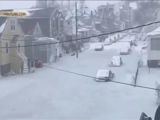 В Бостоне автомобили вмерзли в лед после затопления улицы