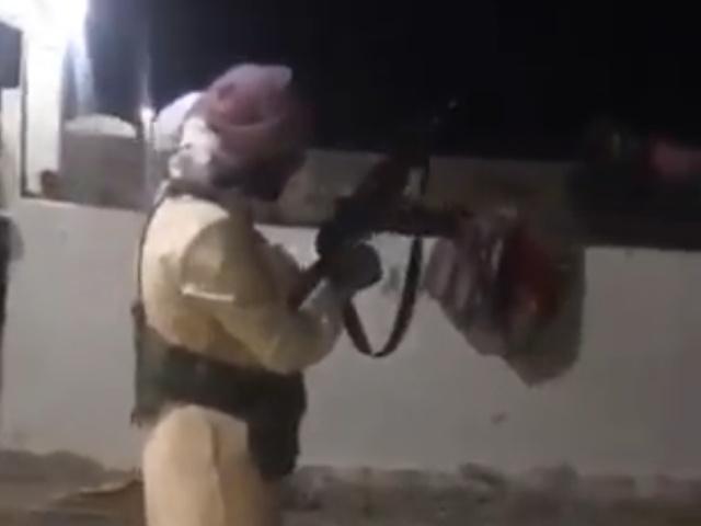 Два мастера по владению огнестрельным оружием демонстрируют свои навыки