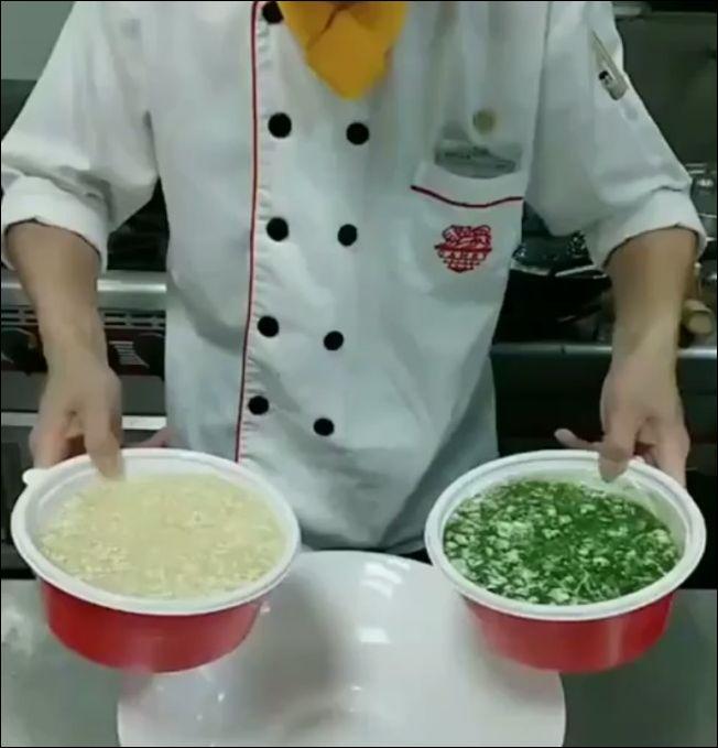 Повар мастерски наливает блюдо в виде символа инь и ян
