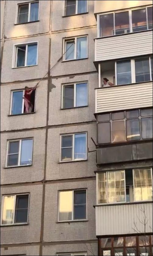 Спасение застрявшего в окне кота