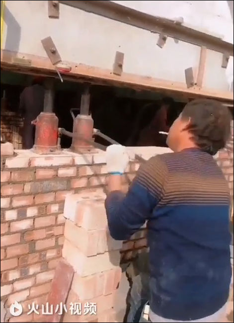 Подъем здания с помощью множества домкратов