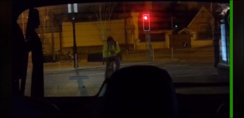 Почему не стоит смотреть в телефон во время езды на велосипеде