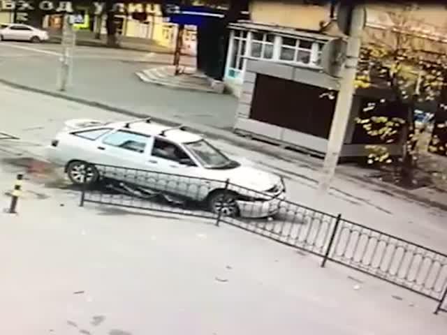 В Ростове-на-Дону водитель автомобиля снес ограждение и решил уехать