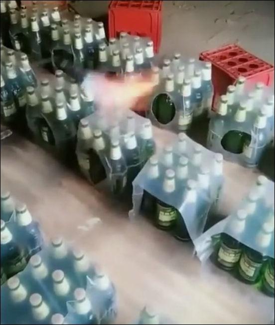 Как запечатывают бутылки в пленку на мелких производствах