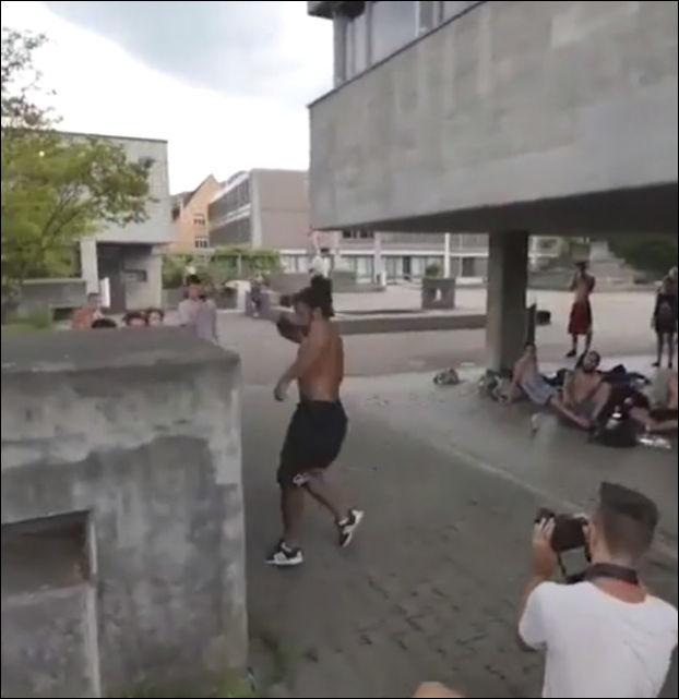 Мастер паркура демонстрирует свои навыки