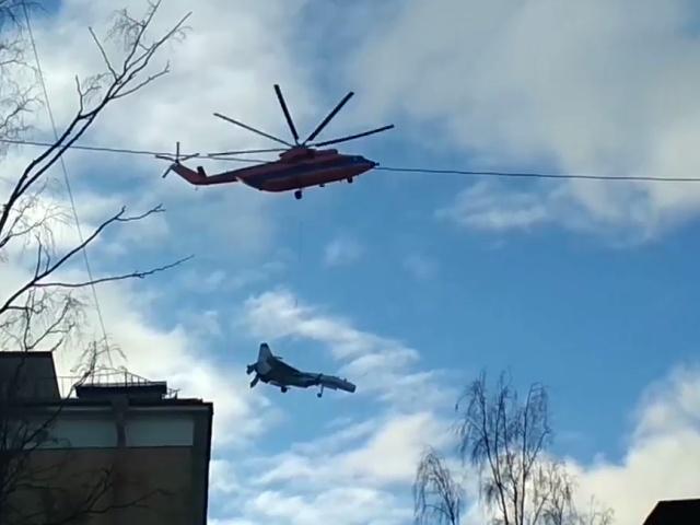 В Санкт-Петербурге очевидцы заметили вертолет, перевозящий истребитель
