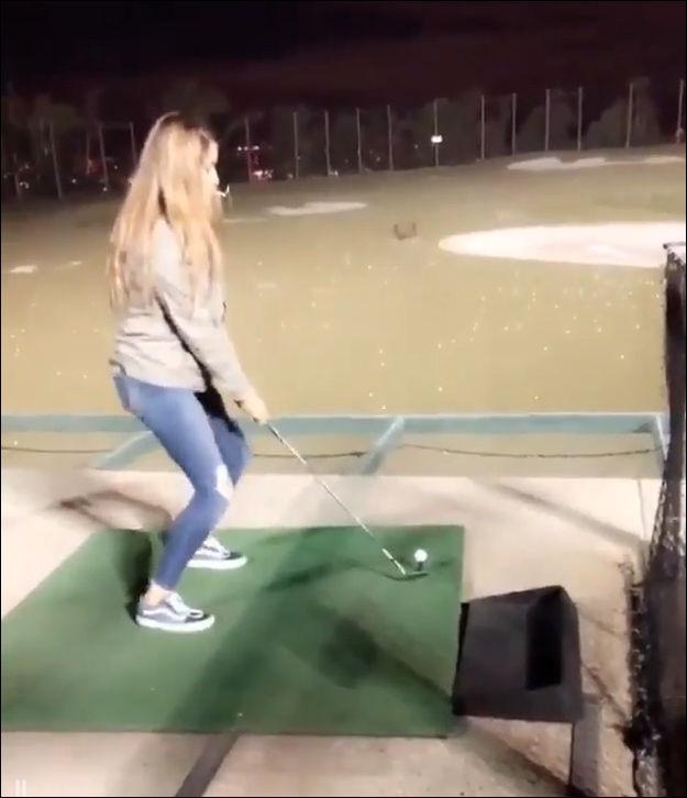 Девушка решила попробовать свои силы в гольфе