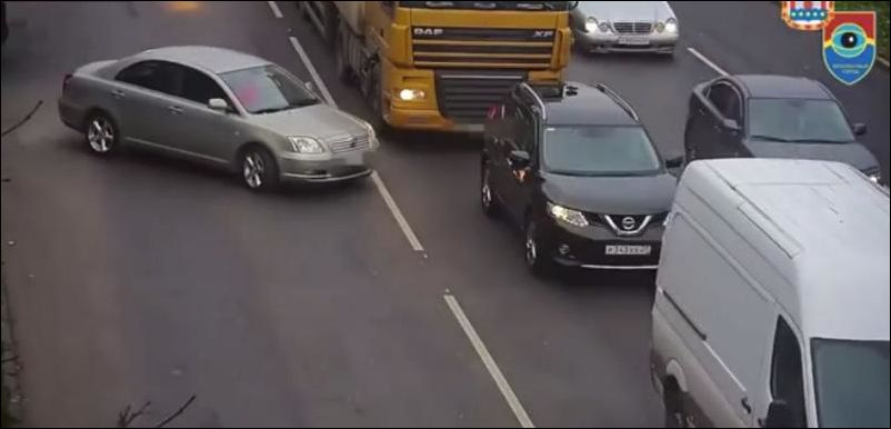Лопнувшее колесо грузовика снесло перед легковой машины