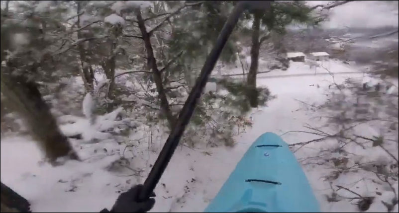 Спуск со снежной горки на каяке