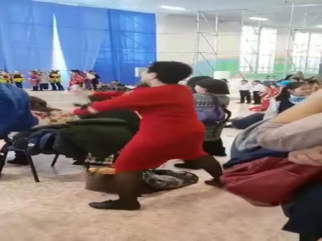 В Казахстане хореограф поддерживает своих учеников во время детского утренника