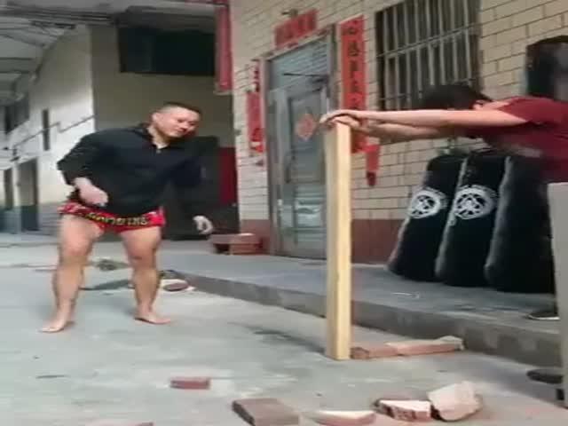 Боец из Китая с неубиваемой голенью
