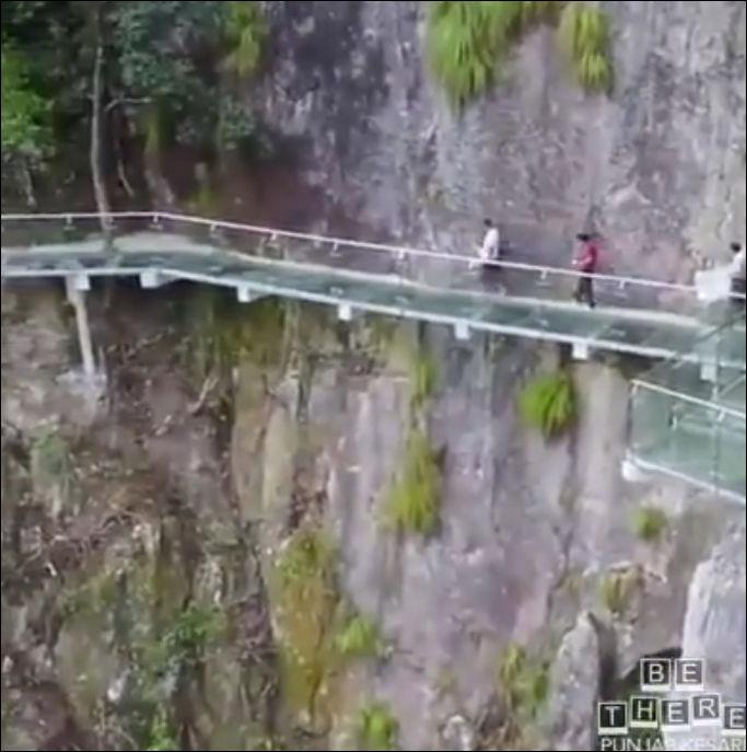 Не самые удачные розыгрыши на стеклянном мосту